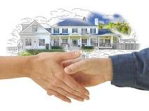 Stringere le mani davanti alla combinazione della foto del disegno della nuova casa Fotografia Stock Libera da Diritti
