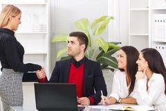 Stringere le mani di due genti di affari nell'ufficio Fotografia Stock Libera da Diritti