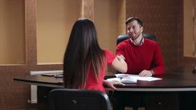Stringere le mani di due genti di affari nell'ufficio nel corso della riunione stock footage
