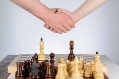 Stringere le mani dopo un gioco di scacchi fotografie stock