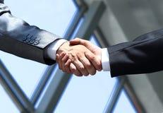 Stringere le mani nell'ufficio all'inizio del giorno lavorativo Immagine Stock Libera da Diritti