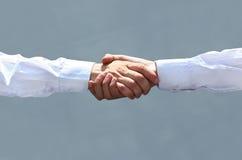 Stringere le mani nell'ufficio all'inizio del giorno lavorativo Immagini Stock Libere da Diritti