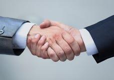 Stringere le mani nell'ufficio all'inizio del giorno lavorativo Fotografia Stock Libera da Diritti
