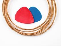 Stringhe e penne della chitarra acustica Fotografie Stock Libere da Diritti