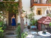 Stringou-Künstler nahe ihrem Haus Stockfotos