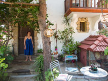 Stringoukunstenaar dichtbij haar huis Stock Foto's