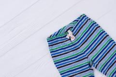 Striped брюки младенца стоковая фотография
