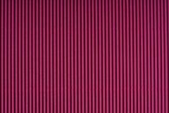 Striped бумага выбитая маджентой покрашенная бумага Предпосылка текстуры цвета красного вина Стоковое Фото