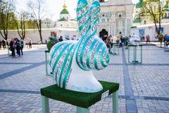 Striped зайчик пасхи в белом цвете с зелеными и изумрудно-зелеными нашивками с надписью в украинском языке на предпосылке Стоковые Изображения RF