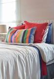 Striped изголовье с подушками Colouful и striped подушкой на wh Стоковое фото RF