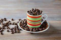 striped кофейная чашка фасолей Стоковая Фотография RF