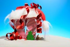 Striped кувырки и шляпа Санты на тропическом пляже Стоковая Фотография RF