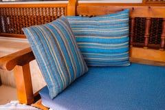 2 striped ложь валиков на деревянной софе Стоковые Фотографии RF