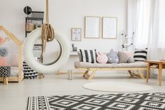 Striped подушки и игрушки плюша Стоковые Фото