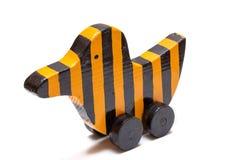 Striped древесиной желтая черная птица игрушки с рулетками Стоковые Фото