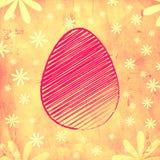 Розовое пасхальное яйцо над желтой старой бумажной предпосылкой с цветками Стоковые Изображения