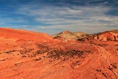 Striped утесы на шальном холме в розовом каньоне, около волны огня на заходе солнца, долина парка штата огня, США стоковая фотография rf