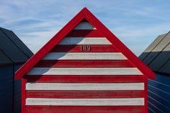 Striped хата пляжа на летний день в Кенте, Англии Стоковые Изображения RF