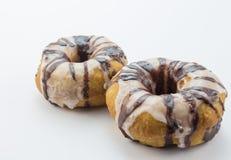 2 striped шоколад и белая замороженность капала донуты близко вверх Стоковые Изображения RF