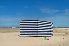 Striped windbreak на пляже Стоковые Изображения