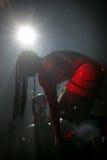 Striper na scenie bierze jej majtasy z (niektóre raca w dobra dna kącie dla skutka) fotografia royalty free