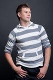 stripy manpulloversmiley arkivfoton