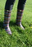 Stripy wellies auf Gras Lizenzfreies Stockbild