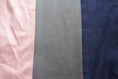 Strisce artificiali grige e blu di rosa, della pelle scamosciata cucite insieme verticalmente Fotografia Stock Libera da Diritti
