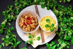 Strisce della carne di tacchino, riso di curry su bianco, bastoncino, foglia della lattuga di molto di fuga sul nero immagini stock libere da diritti