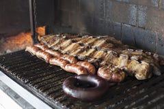 Strisce della costola del vitello, del ‹del †del ‹del †del chorizo e di sanguinaccio, barbecue dell'Argentina immagine stock