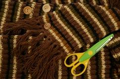 Strisce della sciarpa che tricottano bottone Fotografia Stock