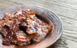 Strisce di bacon fritte sul piatto fotografie stock libere da diritti