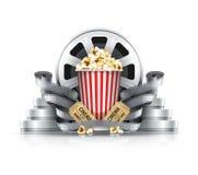 Strisce di pellicola e dischi del popcorn con i biglietti del cinema al cinema Fotografia Stock