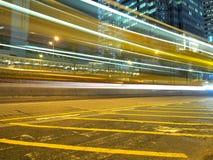 Strisce di traffico nella città alla notte Fotografia Stock