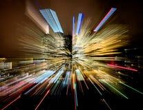Strisce variopinte delle luci da una costruzione della città Fotografia Stock