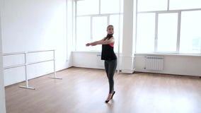 Striscia ballante della ragazza sexy su un fondo leggero Ballo sexy video d archivio