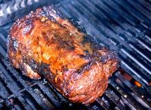 Striscia del raccordo del manzo sul BBQ Immagini Stock