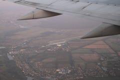 Striscia di decollo dell'aeroporto dalla finestra dell'aeroplano, Gostomel, Ucraina, 09 08 2017 di Gostomel Fotografie Stock Libere da Diritti