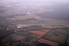 Striscia di decollo dell'aeroporto dalla finestra dell'aeroplano, Gostomel, Ucraina, 09 08 2017 di Gostomel Immagine Stock Libera da Diritti