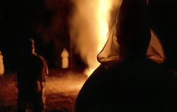 Striscia di terra, Florida, Stati Uniti - circa 1995 - cerimonia bruciante di notte dell'incrocio di Ku Klux Klan KKK, abiti bian fotografie stock
