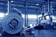 Striscia e strumentazione meccanica in una fabbrica Fotografia Stock