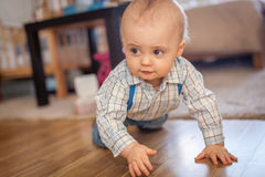 strisciare del neonato Immagine Stock