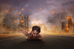 Strisciare sanguinoso asiatico aggressivo dell'uomo dello zombie Fotografia Stock