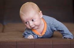 Strisciare sveglio del neonato Immagini Stock Libere da Diritti