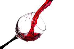 Ström av vin som hälls in i ett isolerat exponeringsglas Royaltyfria Foton