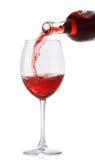 Strömender Rotwein in ein Glas Lizenzfreies Stockfoto