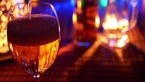 Strömendes Bier in ein Glas stock video