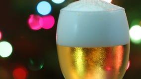 Strömendes Bier in gesetztem Glas stock footage