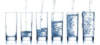 Strömendes Wasser innen zu einem Glas Lizenzfreie Stockbilder