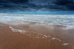Stürmischer Himmel über Nordseeküste Stockbilder